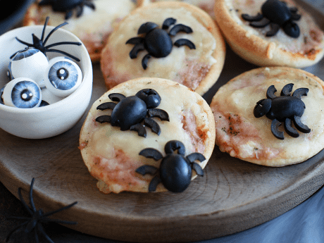 Halloween-Pizza mit Spinnen